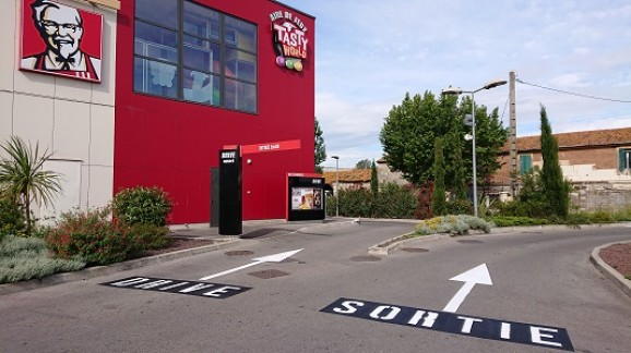 kfc-Arles-13-30-parking-marquage-sol-stationnement-drive